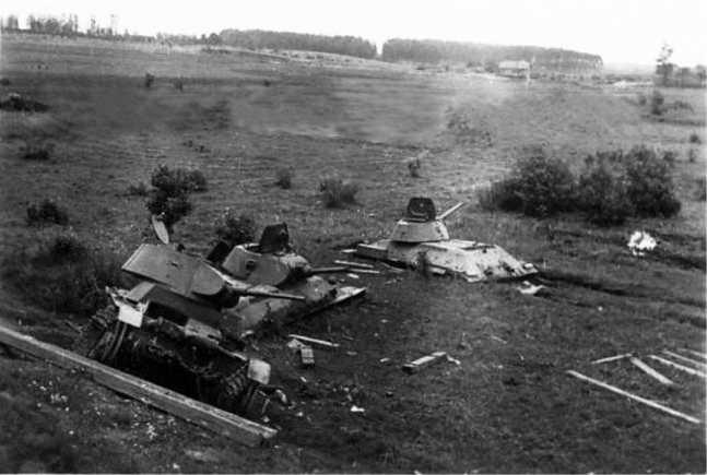 Вид на те же застрявшие танки с автострадыМосква — Минск. На переднем плане стоит Т-26 115-го танкового полка, крайняя правая тридцатьчетверка уже вытащена немцами (АСКМ).