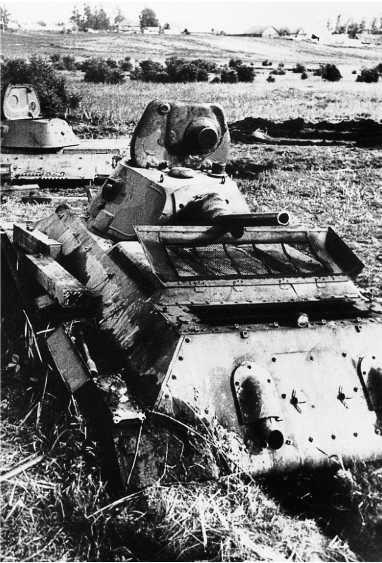 Те же застрявшие танки, на переднем плане Т-34выпуска 1940 года в трехцветном камуфляже. Машины находились справа от шоссе Москва — Минск на западном въезде в Толочин(РГАКФД).