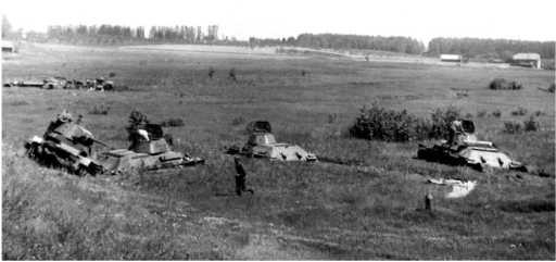 На этом снимке, сделанном с шоссеМосква — Минск, видны все четыре танка 115-го танкового полка57-й дивизии: Т-26на обочине и три застрявших Т-34на заболоченном лугу (АСКМ).