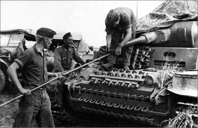 Экипаж танка Pz.III Ausf.F 16-й танковой дивизии за чисткой орудия. 1941 год. Машина прошла значительную модернизацию, в ходе которой на ней установлена 50-мм пушка, усилено бронирование лобового листа подбашенной коробки и верхнего и нижнего лобовых листов корпуса. Несмотря на это, экипаж, где только можно, навесил на машину гусеничные траки.