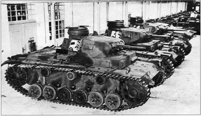 Танки Pz.III Ausf.G в сборочном цеху. Первые две машины вооружены 37-мм пушками, третья — 50-мм.