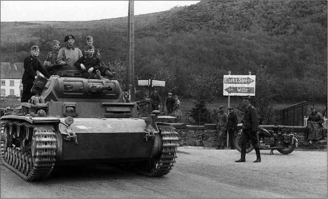 Поход на Запад начался! Pz. Bf. Wg. III Ausf. D1 из группы Клейста возглавляет танковую колонну, преодолевающую Арденны.