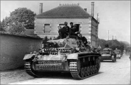 Танк Pz.III Ausf.E на улице французского городка. Франция, май 1940 года.
