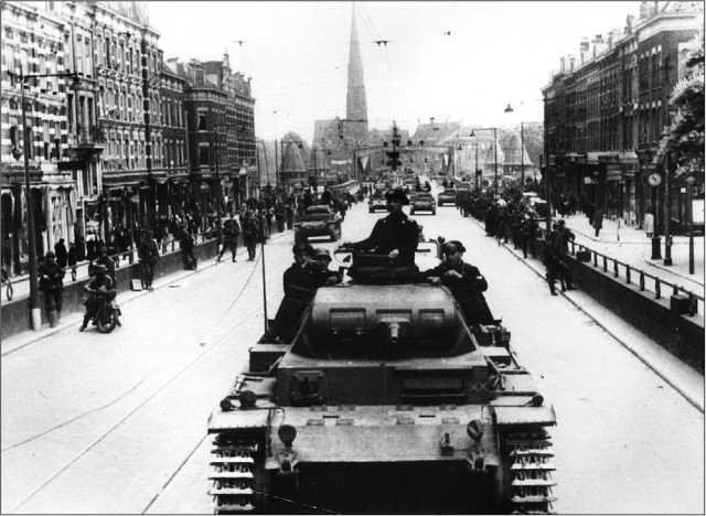 Немецкие танки (головной — Pz.III Ausf.E) на одной из улиц Роттердама. Май 1940 года.