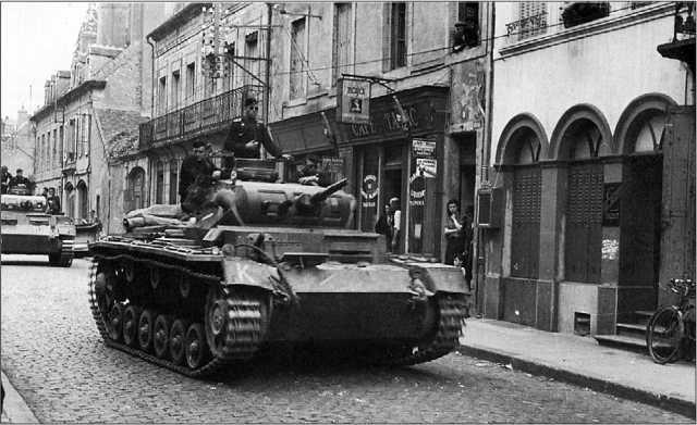 Танки Pz.III Ausf.F на улицах французских городов. На нижнем снимке — танк из состава 7-го танкового полка 10-й танковой дивизии. Май 1940 года.
