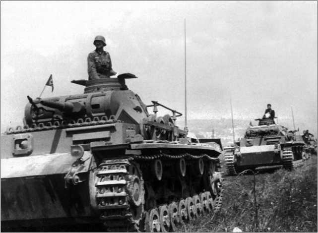 Командирские машины Pz.Bf.Wg.III Ausf.D1 во главе немецкой бронетанковой колонны. Франция, май 1940 года.