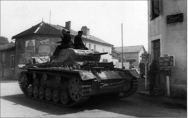 Уже во время Французской кампании 1940 года немцы начали использовать запасные гусеницы для усиления бронезащиты своих танков, в данном случае — Pz.III Ausf.E.