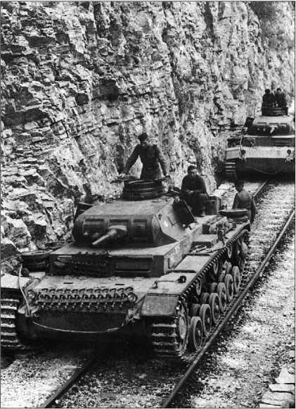Колонна танков Pz.III Ausf.E 2-й танковой дивизии движется по железнодорожным путям в горной местности. Греция, май 1941 года.