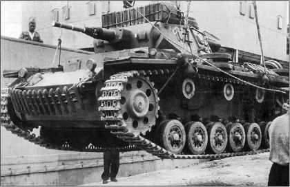 Выгрузка танков Pz.III Ausf.G 5-го танкового полка в порту г. Триполи. 11 марта 1941 года.