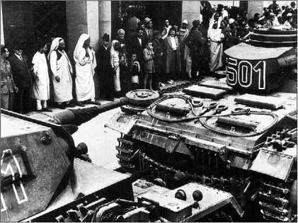 «Тройки» 5-го танкового полка на улице г. Триполи. Март 1941 года.