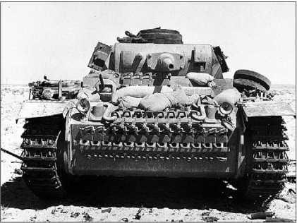 Танк Pz.III Ausf.J перед боем. Лобовая броня машины усилена не только запасными траками гусениц, но и мешками с песком. Северная Африка, 1941 год.