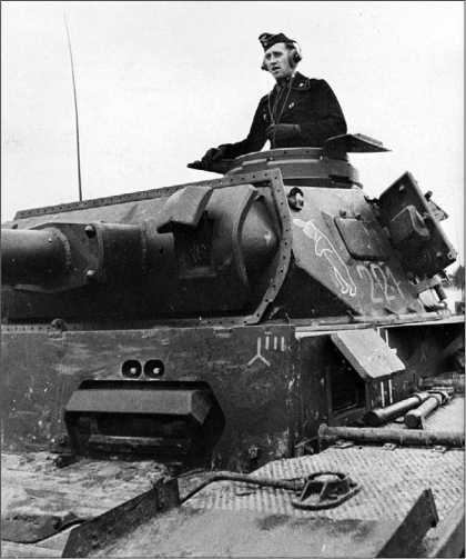Этот Tauchpanzer III несет на броне на первый взгляд несовместимые тактические знаки. Красный медведь в белой окантовке говорит о принадлежности машины к 6-му танковому полку 3-й танковой дивизии, но на лобовой броне — эмблема 4-й танковой дивизии! Все просто — подразделение танков подводного хода, сформированное в составе 3-й танковой дивизии, в ходе подготовки к операции Seelove передали в состав 4-й танковой. Отсюда и непонятный на первый взгляд конгломерат эмблем.