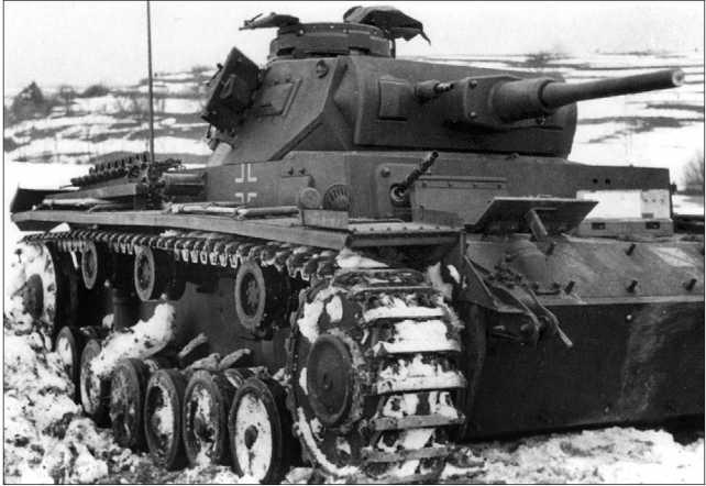 Вверху: этот Pz.III, скорее всего, восстановлению не подлежит. Восточный фронт, 1941 год. Внизу: Pz.III Ausf.G, оставленный экипажем. Восточный фронт, зима 1941 года.