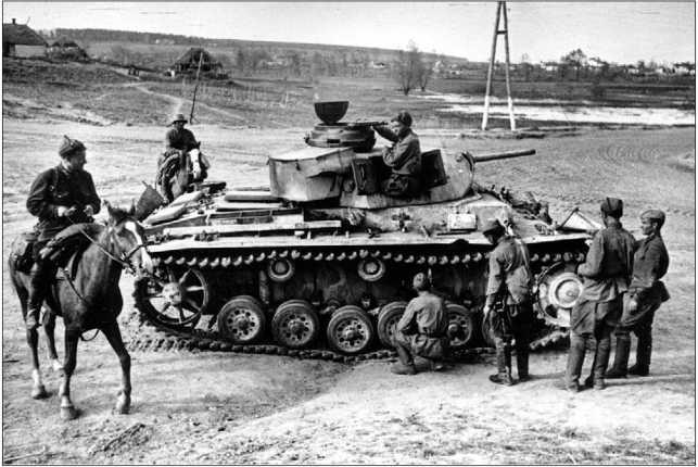 Бойцы и командиры Красной Армии осматривают трофейный немецкий танк Pz.III. Юго-Западный фронт, Харьковское направление, 1942 год.