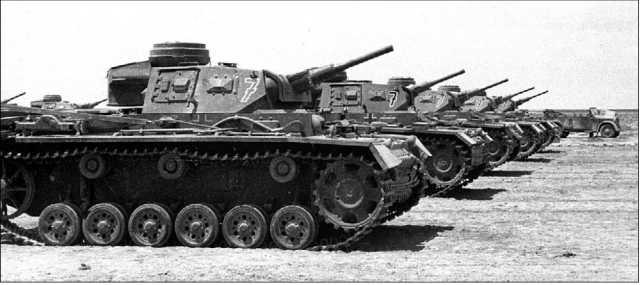 Танки Pz.III Африканского корпуса накануне сражения у Газалы. 1942 год.