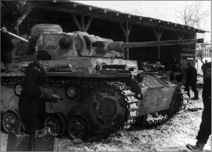 Загрузка 50-мм выстрелов в танк Pz.III Ausf.J. Восточный фронт, зима 1943 года.