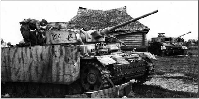 Красноармейцы осматривают Pz.III Ausf.J, оборудованный противокумулятивными экранами. Брянский фронт, август 1943 года.