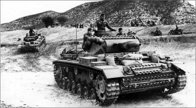 Танки сопровождения Pz.III Ausf.N из состава 501-го тяжелого танкового батальона. Тунис, конец 1942 года. Любыми средствами, включая мешки с песком, экипажи стремились повысить защищенность своих боевых машин.