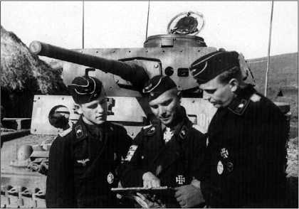 Один из наиболее известных немецких танкистов периода Второй мировой войны — командир 2-го батальона 11-го танкового полка 6-й танковой дивизии майор Беке дает последние указания подчиненным перед атакой. На заднем плане — командирский танк Pz. Bf. Wg.III Ausf.К. Курская дуга, июль 1943 года.