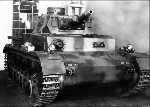Один из первых серийных танков Pz.IV Ausf.A в цеху завода Krupp- Grusonwerk в Магдебурге.