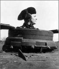 Pz.IV Ausf.D, 6-я <a href='https://arsenal-info.ru/b/book/1627328415/38' target='_self'>танковая дивизия</a>, лето 1941 года. К началу операции «Барбаросса» машины ранних выпусков приобрели черты, характерные для более поздних моделей, например гусеничные траки на лобовом листе корпуса (вверху). Командирская башенка танка Ausf.D (внизу).