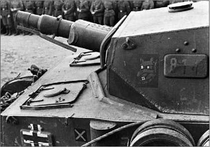 Pz.IV Ausf.F1. Хорошо видны крышки люков механика-водителя и пулеметчика с круглыми лючками для запуска сигнальных ракет. Приваренный к борту корпуса перед укладкой запасных траков полуцилиндр закрывает вытяжное отверстие системы охлаждения тормозов.