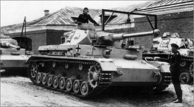 Танки Pz.IV Ausi.F2. На эти новенькие, только что переданные войскам, выкрашенные в желтый цвет машины еще не нанесены дивизионные эмблемы. 1942 год.