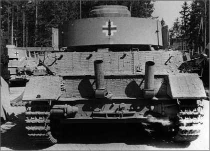 Вид сзади на Pz.IV Ausf.J, изготовленный заводом Nibelungen в августе-сентябре 1944 года. Хорошо видны характерные выхлопные патрубки с пламегасителями.