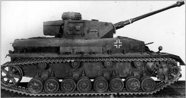 Вверху: экспериментальный Pz.IV с гидравлической трансмиссией. Внизу: Pz.IV Ausf.F с деревянным макетом 50-мм танковой пушки с длиной ствола 60 калибров, оснащенной дульным тормозом.