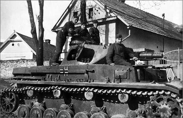 Tauchpanzer IV — танк, оборудованный для подводного хода. Как и Tauchpanzer III, эта машина оборудована специальными фланцами для крепления резиновых кожухов на амбразуре пушки и курсового пулемета. Этот танк принадлежит к составу 18-го танкового полка 18-й <a href='https://arsenal-info.ru/b/book/1627328415/38' target='_self'>танковой дивизии</a>.