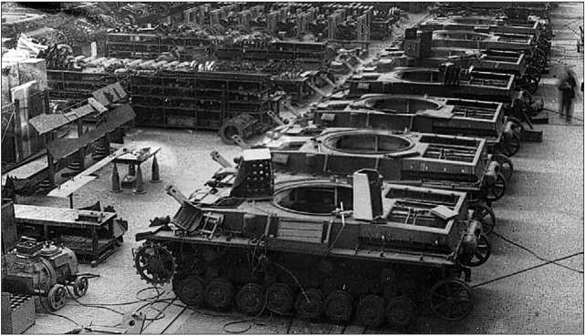 Сборка танков Pz.IV Ausf.G в цеху завода Nibelungen-Werk в апреле 1943 года.
