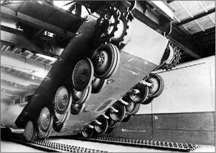 Первые серийные «пантеры» на сборочной линии фирмы MAN. 1943 год (вверху). Монтаж гусениц в заводском цехе (внизу).