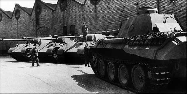 Новенькие «пантеры» во дворе фирмы MAN. Май 1943 года.