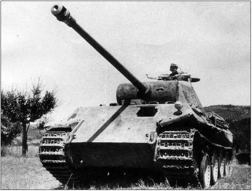 «Пантера» Ausf.D позднего выпуска. Эта машина имеет многие черты, характерные для Ausf.A,— одну фару на лобовом листе, новую командирскую башенку, отсутствие лючка для выброса стреляных гильз в левом борту башни и т.д. В ряде источников такие танки обозначаются как Ausf.A раннего выпуска, что, возможно, более справедливо.