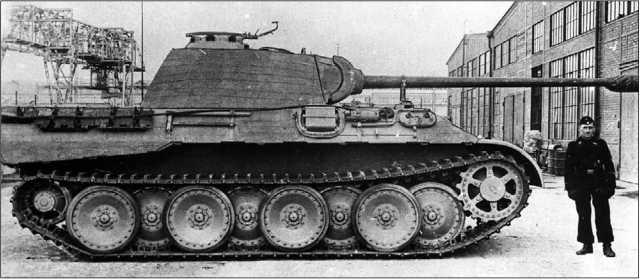 «Пантера» модификации А на заводском дворе фирмы MAN. Стоящий рядом танкист подчеркивает немалые габаритные размеры танка (фото вверху и внизу).