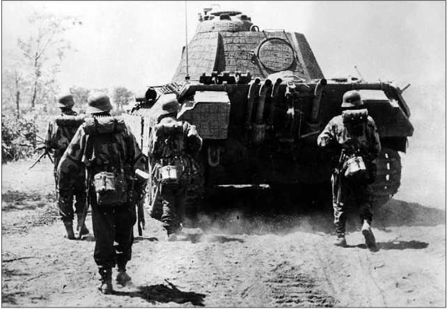 Немецкая пехота сопровождает атакующую «Пантеру» из состава дивизии СС «Викинг». Польша, 1944 год. Размеры танка обеспечивали пехотинцам надежное укрытие.