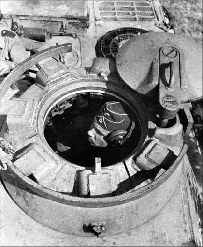Командирская башенка танка «Пантера» с открытым люком. Хорошо видны бронеколпаки перископов и приваренный к ним рельс для установки <a href='https://arsenal-info.ru/b/book/3005399322/33' target='_self'>зенитного пулемета</a>.