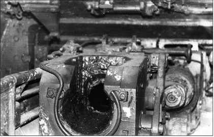 Казенная часть 75-мм пушки KwK 42 танка Ausf.G, находящегося в танковом музее в Кубинке. По понятным причинам затвор пушки отсутствует.