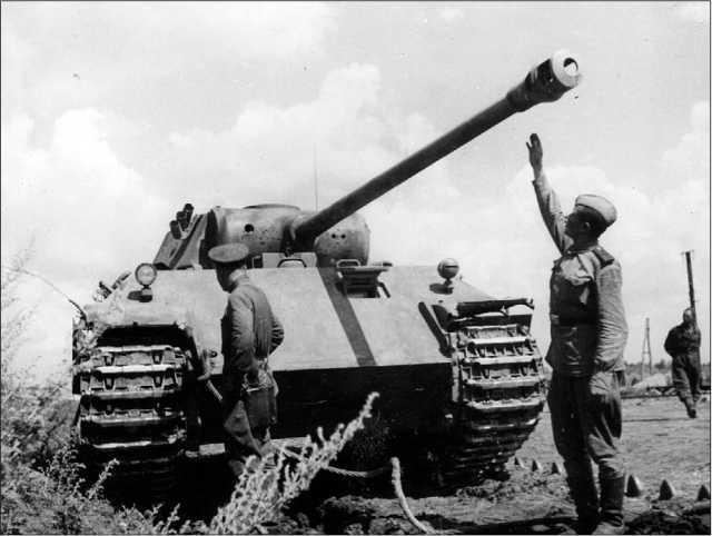Советские солдаты осматривают подбитую «Пантеру» Ausf.D. Курская дуга, июль 1943 года. Высота линии огня у «Пантеры» составляла 2260 мм — рукой не достать!