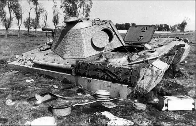 Завязшая в болоте и брошенная экипажем «Пантера» модели G. Восточная Пруссия, 1944 год. Видны открытые люки над двигателем, кормовой башенный и командирский. Крышка люка механика-водителя оторвана.