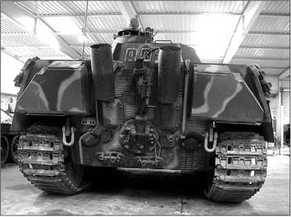 Вид на кормовой лист корпуса «Пантеры» Ausf.G позднего выпуска, о чем можно судить по пламегасителям на выхлопных трубах.
