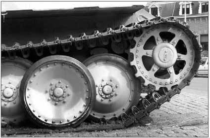 Ведущее колесо и передние опорные катки ходовой части.
