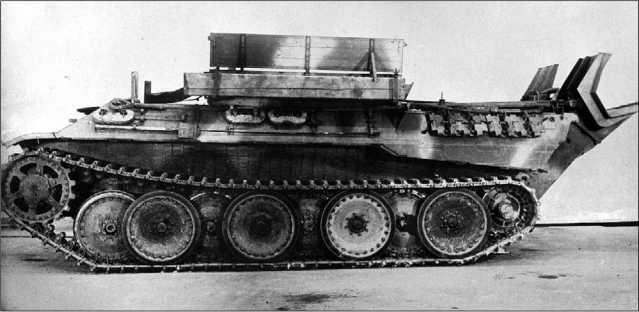 Поздний вариант Bergepanther Ausf.G на базе «Пантеры» Ausf.D. Обращают на себя внимание новая конструкция сошника и измененная укладка ЗИП на левом борту.