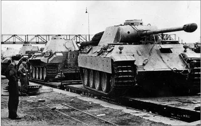 Погрузка «пантер» на железнодорожные платформы для отправки к месту формирования 51-го и 52-го танковых батальонов. Германия, весна 1943 года.