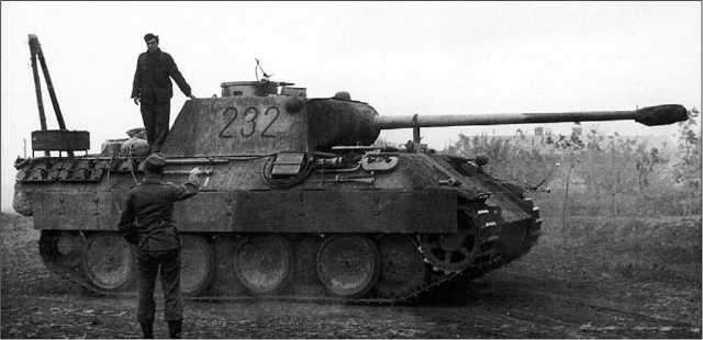 «Пантера» Ausf.D из состава 2-й роты 51-го танкового батальона перед выдвижением на боевые позиции. Июль 1943 года.
