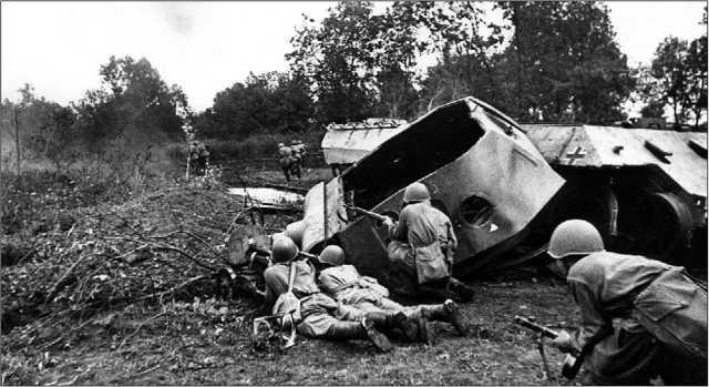 Подбитая и взорванная немцами при отступлении «Пантера». Харьковское направление, июль 1943 года.