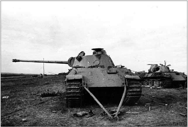 Брошенные немцами неисправные «пантеры» из 39-го танкового полка. Курская дуга, июль 1943 года. Передний танк подготовлен к буксировке самими немцами.