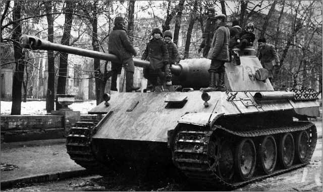 Вверху: красноармейцы осматривают подбитую «Пантеру» Ausf.D. Курская дуга, июль 1943 года. Внизу: на улице освобожденного Харькова дети играют на брошенной «Пантере» из состава 7-й роты 52-го танкового батальона. Ноябрь 1943 года.