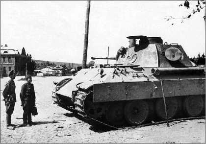 «Пантера» модели D из 2-й роты 51-го танкового батальона, брошенная немцами при отступлении в с. Борисовка. Белгородская область, август 1943 года.