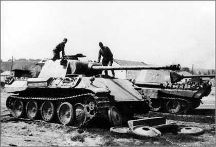 Красноармейцы осматривают «пантеры», брошенные немцами при отступлении на ремонтной базе в с. Борисовка. «Пантера» с номером 732 на башне позже будет доставлена для испытаний на полигон в Кубинку.